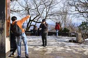 山頂にて04 観光客に撮影を頼まれるH瀬